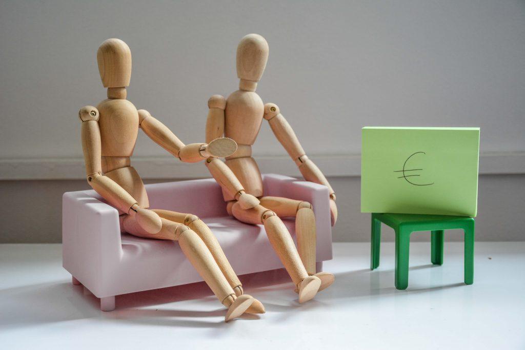 ¿Cómo se determina la pensión de alimentos en un/a menor en un proceso de divorcio/separación?